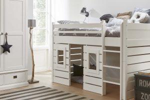 Witte kinderkamer met halfhoogslaper en huisjesbed